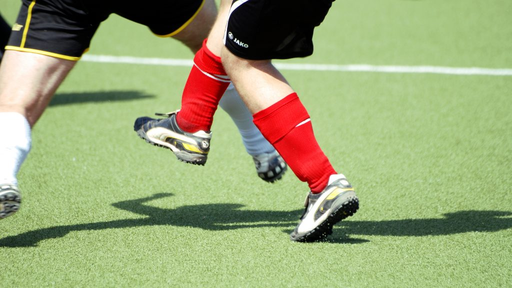 Die Beine eines SC-Spielers im Zweikampf
